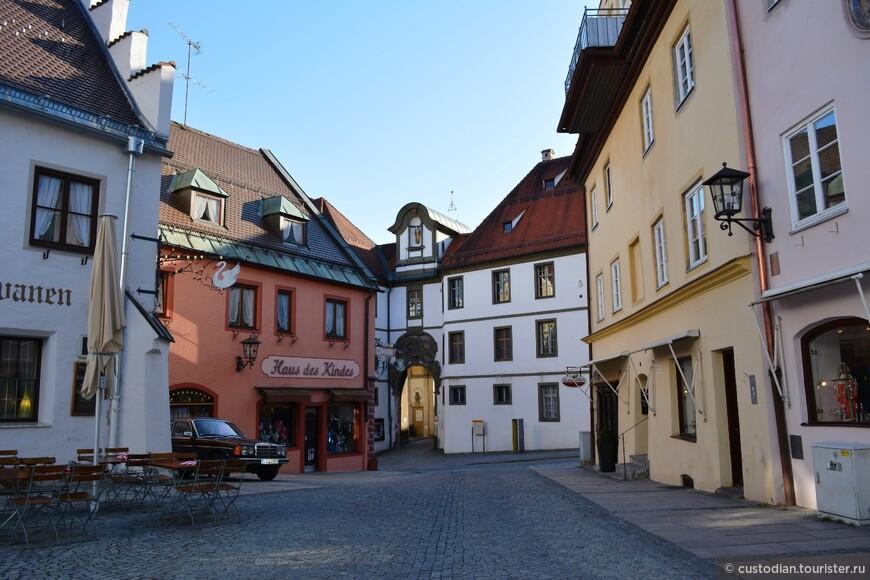 здесь видна старая ратуша (белое здание по центру)