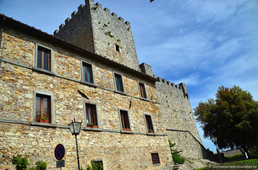 Город,построенный на месте одного из самых древних этрусских поселений,в 14 веке был разрушен войсками Миланского герцога,со времен став союзником Сиены,в конце концов,перешёл к Флоренции.