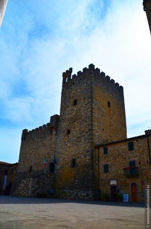 В Рокке раньше было двое ворот – Сиенские и Флорентийские. Последние были демонтированы после Второй Мировой войны, так как находились в аварийном состоянии. К сожалению, южная сторона крепости полностью исчезла с лица земли.