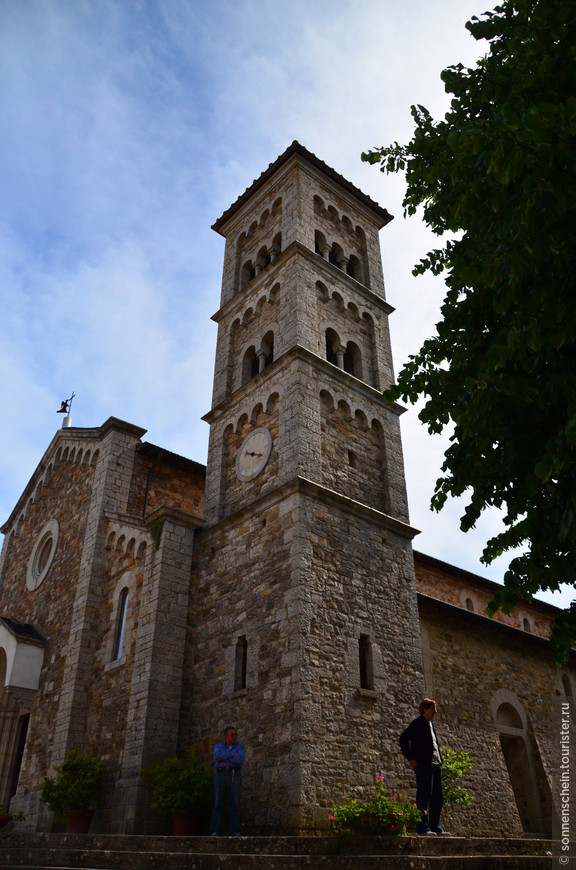 Сан Сальваторе  построен в романском стиле.Собор был разрушен во время Второй мировой войны,но позже восстановлен.