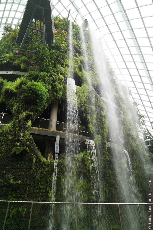 Водопад очень красивый, утверждают, что самый высокий из крытых в мире. Посетителям предлагается подняться на лифте наверх, а затем совершать неспешную прогулку по дорожкам вниз.