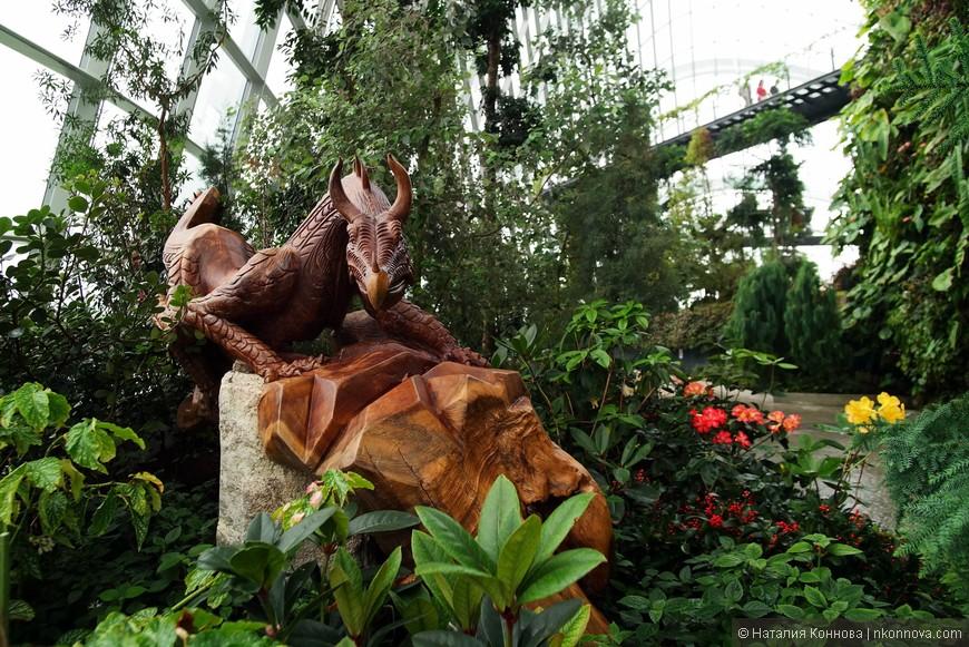 Облачный лес наполнен большим количеством деревянных резных скульптур, весьма тонкой работы.