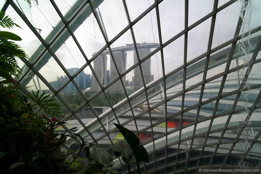 С локаций The Cavern, как и с Cloud Walk через прозрачный купол открываются красивые виды на Marina Bay.