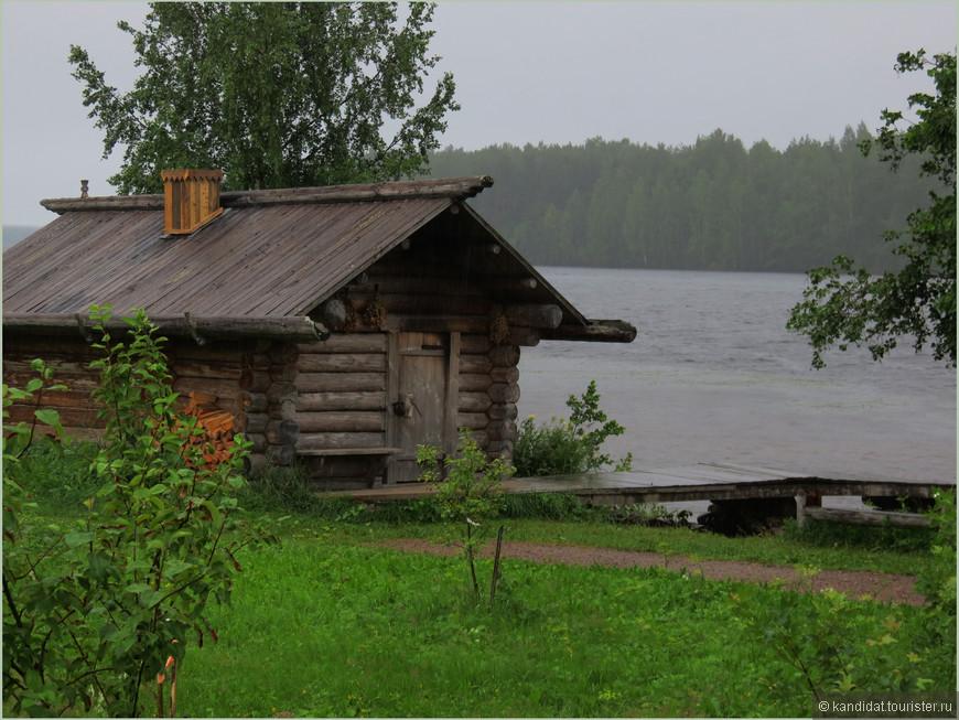Скорее всего - дом рыбака. А может еще одна баня. А что, на Руси  люди жили чистоплотные. Это вам не Европа какая-нибудь.