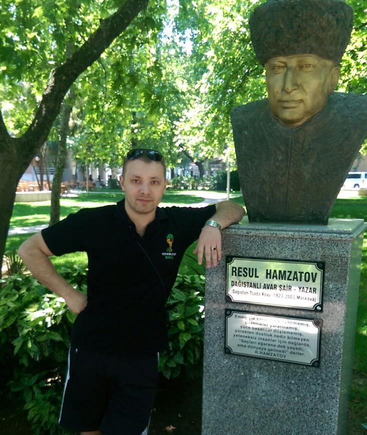 Памятник Расул Гамзатову в центре Яловы.