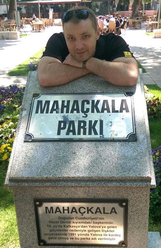 Марк Махачкала в центре Яловы, как оказалось это не спроста - во-первых 80% населения Яловы выходцы с Кавказа, а во-вторых Ялова и Махачкала города побратимы.