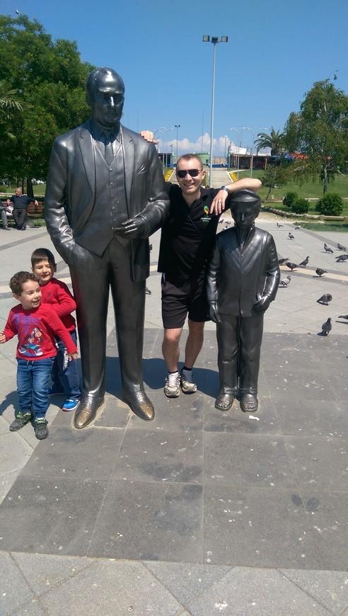 Дети бегают во круг памятника неспроста - дашь лиру они отойдут, нет - будешь наблюдать в кадре их веселые рожицы;)))