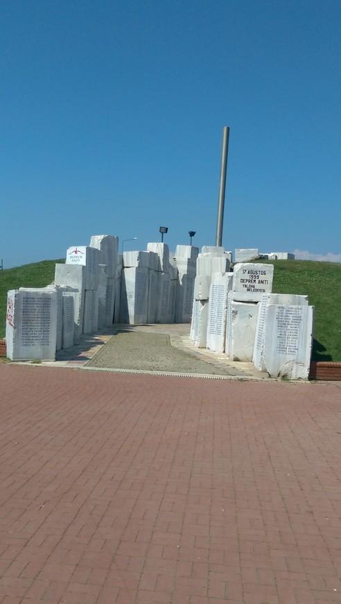 Мемориал в память о погибших в Измитском землетрясении 19 августа 1999 года. Погибло более 17 000 человек.