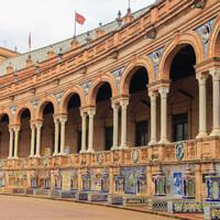Здание правительства, выстроенное полукругом, имеет несколько специальных ниш, посвященных провинциям Испании.