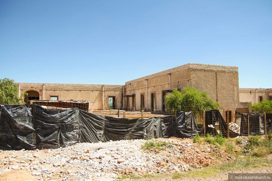 Реставрационные работы школы, построенной в конце 19 века. Хороший знак, что даже в такие отдаленные места доходят правительственные деньги.