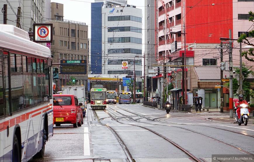 """Общественный транспорт Нагасаки имеет в своем организме особый """"ген вежливости"""", присущий всем японцам и передающийся по наследству. Иных объяснений невероятной вежливости и дисциплинированности транспорта у меня просто нет..."""