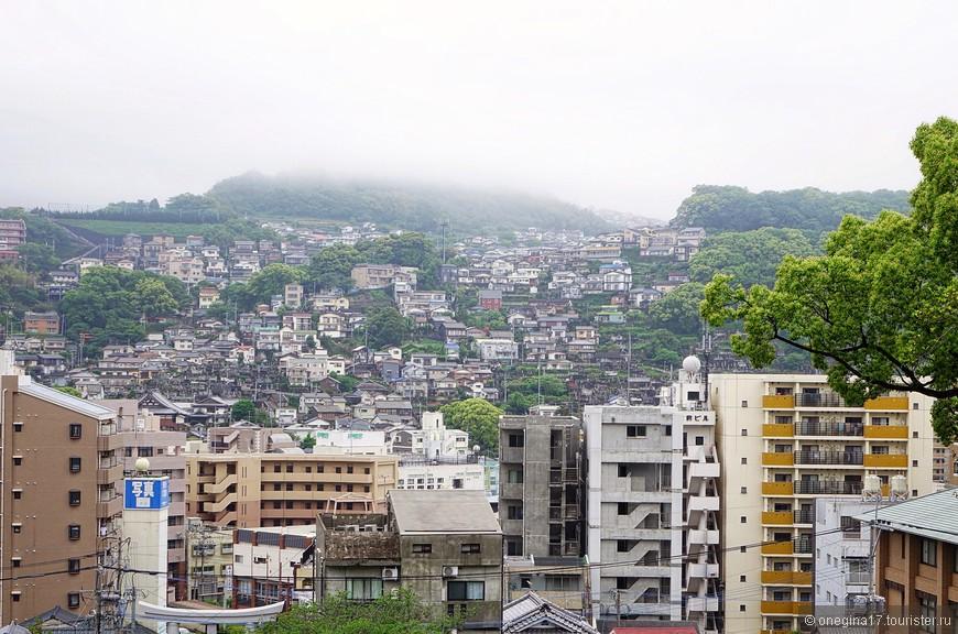 Нагасаки уютно устроился на склонах холмов, рядом с заливом Нагасаки.