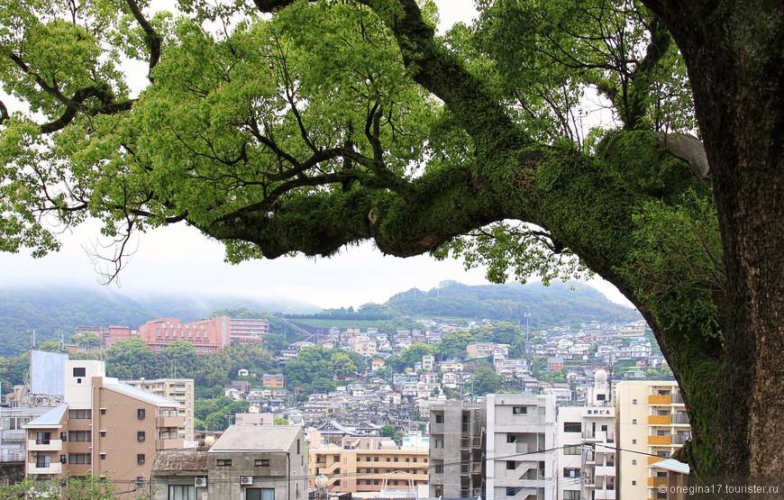 Нагасаки не терпит суеты. Здесь надо неторопливо созерцать, пытаясь постичь сущее...