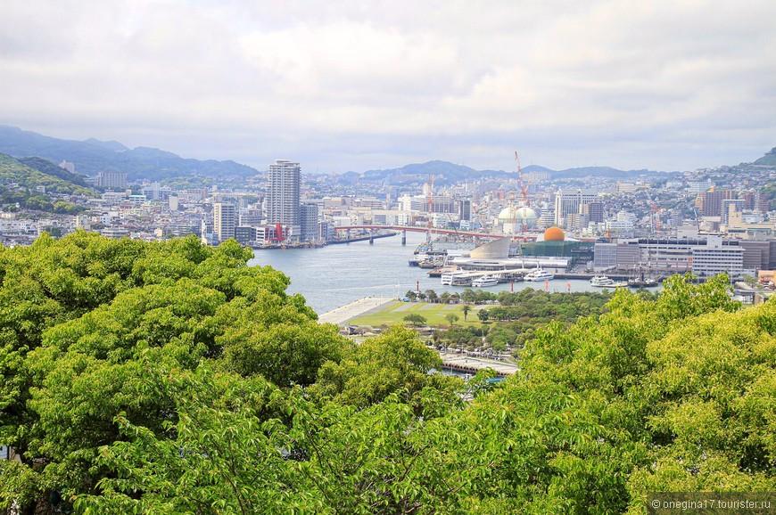 """Залив Нагасаки. За мостом - верфи """"Мицубиси"""", где кроме прочего, строят круизные корабли """"Принцесс"""". Новый скоро сойдет со стапелей..."""