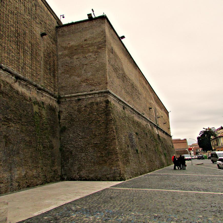 У стен Ватикана.