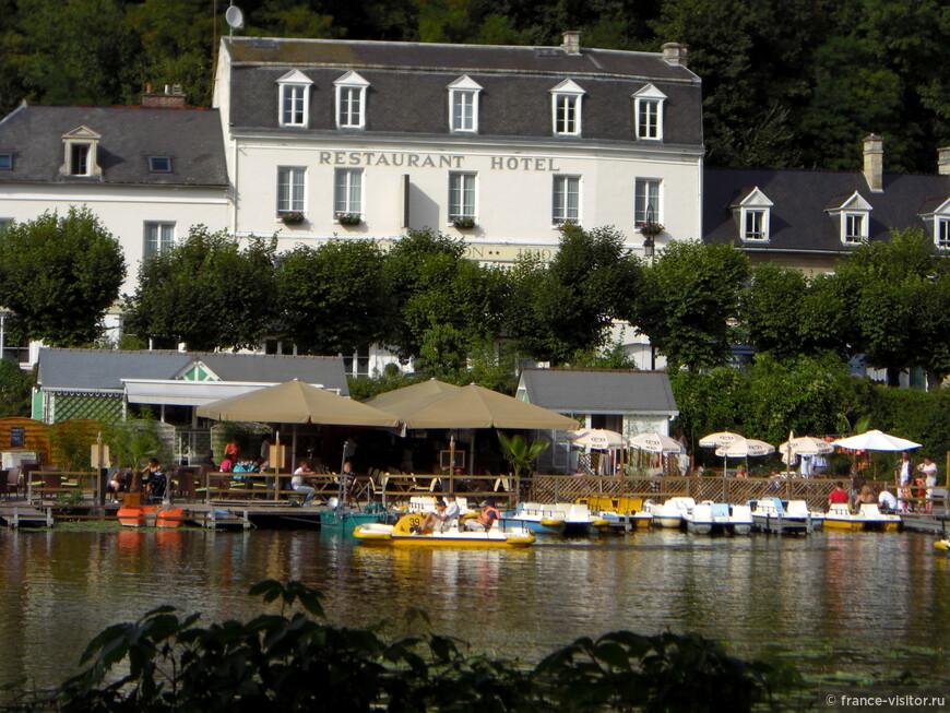 Городок Пьеррфон расположен на озере