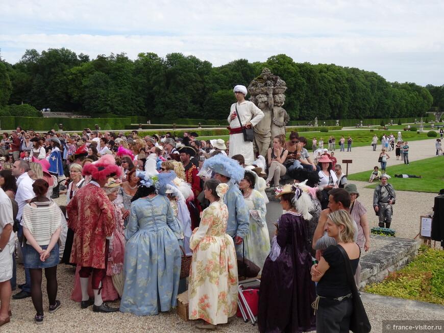 Французы обожают учавствовать в конкурсах костюмов эпохи королей