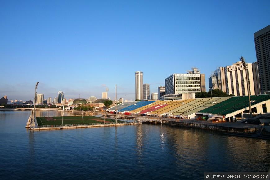 Плавучая платформа стадиона Сингапура, который был построен во время реконструкции основного стадиона и влетел в копеечку. Идея оригинальна, но чего-то дико особенного я в этой платформе не усматриваю.