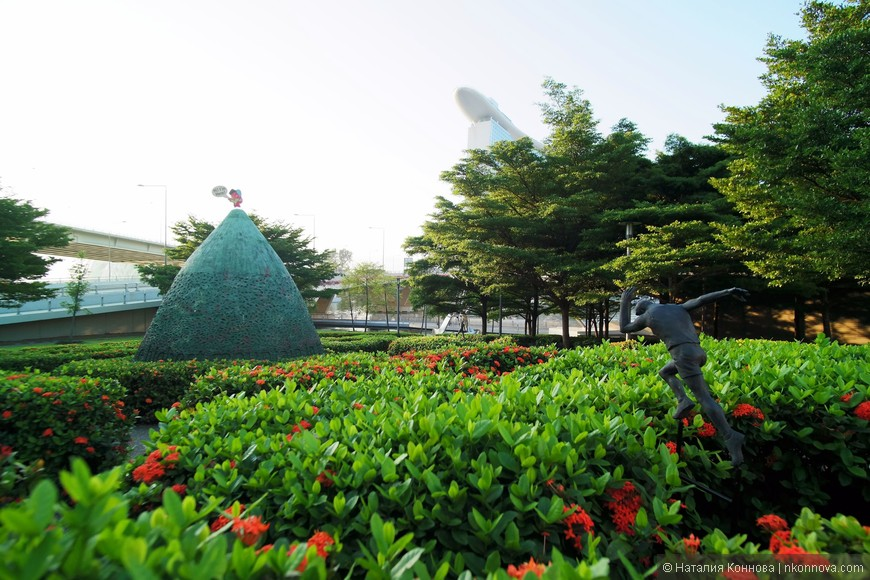 Закончим мы нашу прогулку на рассвете в парке, посвященном юношеским олимпийским играм. Из-за определенного недостатка земли и переизбытка денег, я бы сказала, в Сингапуре, а особенно в таких районах, как Марина Бэй, облагорожен, ухожен и оригинально оформлен каждый клочок пространства.