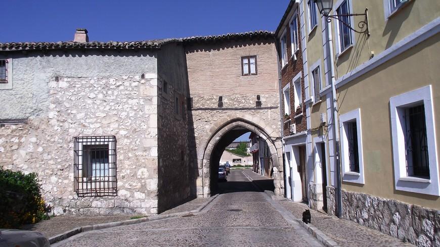 Арко дель Ампаро - городские ворота, вход в средневековый квартал, носящий имя монастыря - El Barrio de Las Hulgas