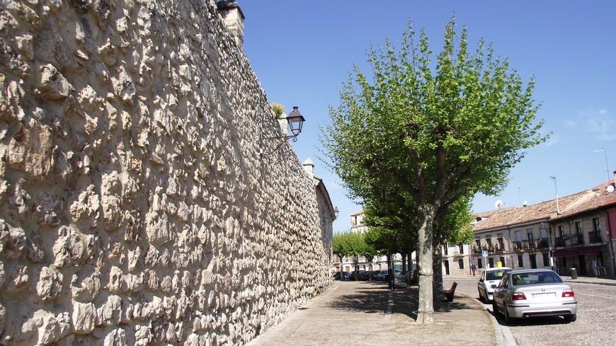 Как положено монастырю, его покой охраняют мощные стены. Другого такого квартала в городе больше нет. Как будто попадаешь в другой город