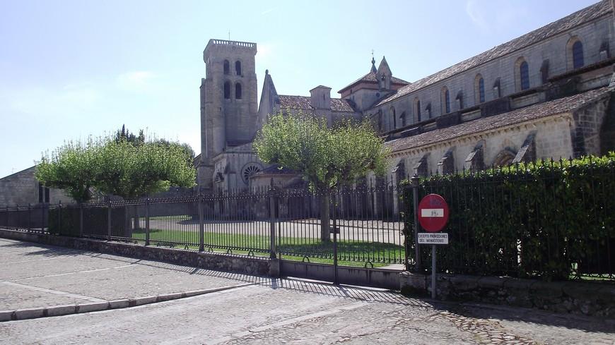 Монастырь de las Huelgas Reales Бургоса - самый важный и самый влиятельный цистерцианский женский монастырь в Испании. Монастырь был основан по приказу короля Альфонсо VIII и его жены госпожи Леонор в 1187 году в месте загородного дома, близкого к городу Бургос. Королевская чета желала превратить это место в королевский Пантеон, а также в достойное место единения дам королевского и аристократического происхождения. Идею основания Монастыря также горячо поддержал Римский Папа Клементе III