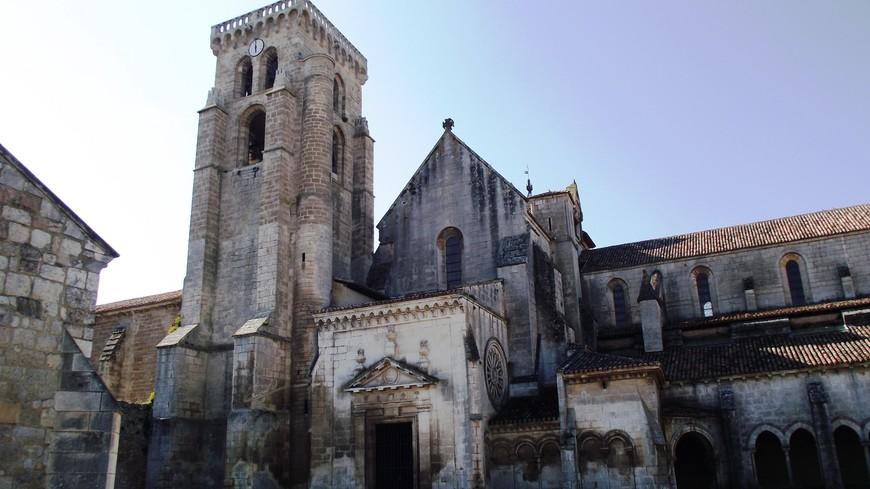 Monasterio de las Huelgas.  Жена Альфонсо VIII, королева Леонор, дочь короля Англии Генриха II Плантагенета, хотела создать аббатство, где женщины имели бы такую же власть, что и мужчины, подобно тому как был организован монастырь Fontevrault во франции, куда ушла ее собственная мать. Монастырь de las Huelgas Reales кроме того владел более чем 50 деревнями и главенствовал над другими более мелкими соседними монастырями. Монастырь не зависел от власти епископа и подчинялся только Папе Римскому. Первыми настоятельницами монастыря стали представительницы королевской крови: дочери Альфонсо и Элеоноры инфанта Марисоль и инфанта Констанция. По милости короля, настоятельница монастыря была наделена почти королевскими прерогативами. Она имела неограниченную светскую власть и имела право вершить собственный суд.
