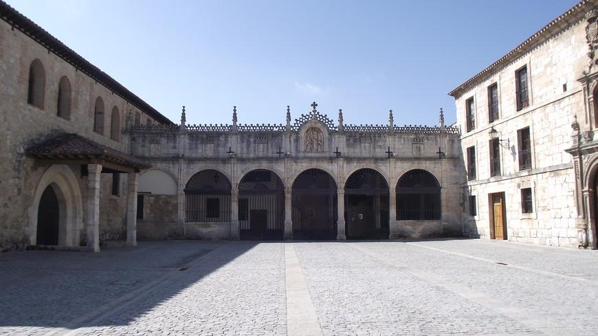 Monasterio de las Huelgas. Монастырский комплекс напоминает крепость с укрепленной башней и атриумом, с портиком Рыцарей. К внутреннему двору примыкают церковь, траурные часовни Сан-Мартин и Сан-Хуан, здание монастырских жилых комнат, также дома капелланов и другие здания.