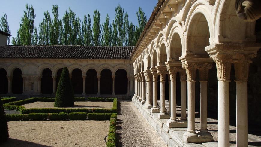 Monasterio de las Huelgas. Еще одной примечательной частью монастыря является крытая галерея, или малый клуатр (Las Claustrillas). Каждая из ее сторон представляет собой 12 арок, покоящихся на парных колоннах с продолговатыми капителями с растительным орнаментом, соединяющих в себе романскую и готическую архитектуру. Центральные и угловые арки клуатра соединяются опорами, капительный орнамент которых посвящен теме замков. Ни одна из капителей не похожа на другую, все разные
