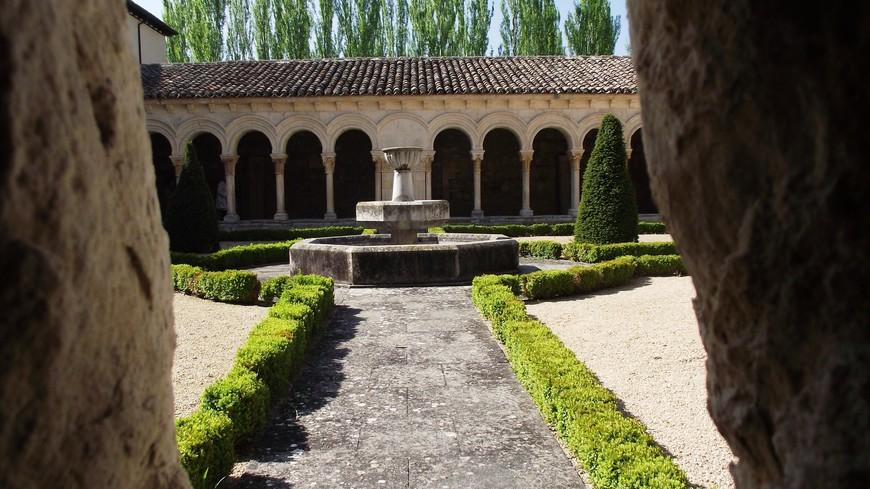 Monasterio de las Huelgas. Посещение монастыря возможно только группами в сопровождении испано- и франко-говорящего гида и охранника с ключами, открывающего перед, и закрывающего после группы все двери. Часть монастыря -это пантеон королей и их семей. Здесь находятся могилы самого основателя монастыря и его супруги. Специального упоминание заслуживают могилы Дона Санчо, сына Фернандо III Святого; могила госпожи Бланки Португальской  (дочери основателей), могила Дона Фернанду де ла Серда и инфанты Леонор. Внутри монастыря фотографировать строго запрещено, за попытку сфотографировать королевские надгробия охранник (здоровый такой испанец под 2 метра роста) меня чуть не вывел вон. Так что интерьер в кадр не попал. Только экстерьер.