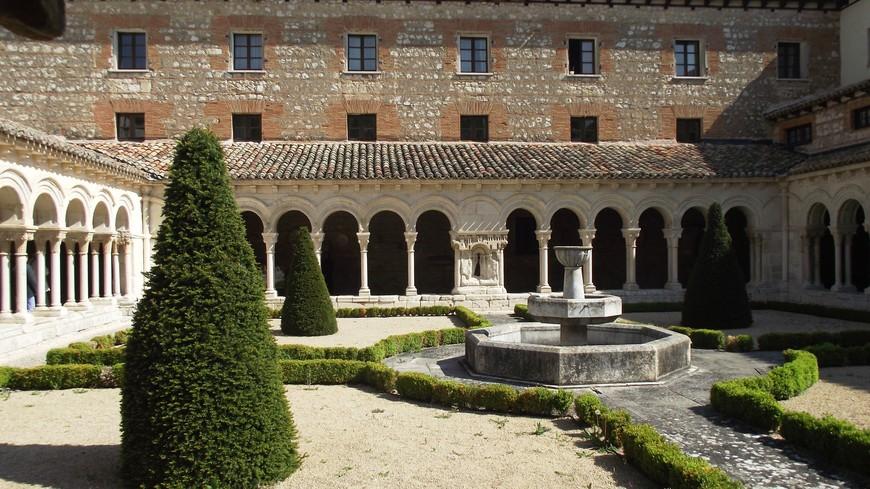 Monasterio de las Huelgas. Самая старинная часть монастыря представляет собой романский клуатр, следом по хронологии идут готическая церковь и галерея святого Фердинанда. В разных частях монастыря можно заметить герб короля-основателя.