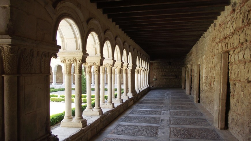 Monasterio de las Huelgas. Благодаря королевской опеке, Монастырь de las Huelgas Reales, помимо духовной, имел и большую светстую значимость. Здесь проводились коронации и посвящения в рыцари.