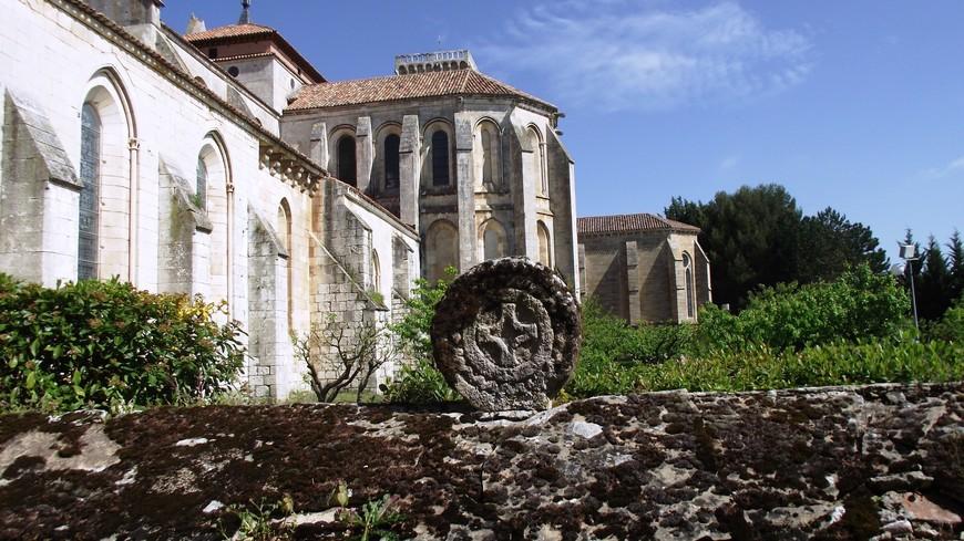 Monasterio de las Huelgas. Исторически сложилось, что монастырь был местом многих королевских свадеб, как испанских, так и иностранных семей, например английского короля Эдуарда I и Элеоноры Кастильской в 1254 году. Оборонительная башня аббатства стала местом рождения будущего короля Педро I Кастильского.