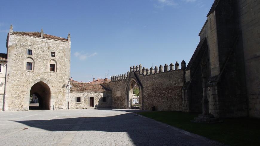 Monasterio de las Huelgas. В монастыре есть приют для паломников, идущих по пути Сантьяго. Постой без фиксированной платы, каждый оставляет столько сколько сможет.