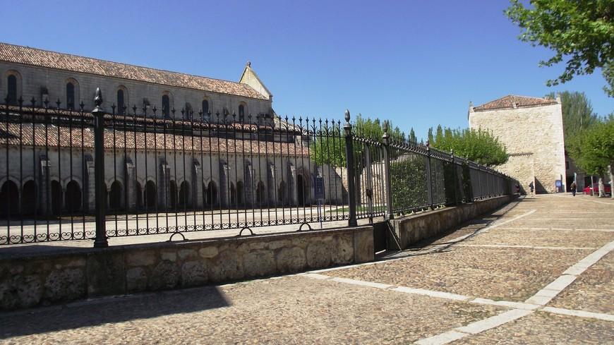 Monasterio de las Huelgas. На этот день было запланировано довольно много. Следующим пунктом должен был стать еще один монастырь, который находится можно сказать, на другом конце города. И тут мне повезло, подошел автобус 22 маршрута, который ходит раз в час. Автобус немного не довозит до монастыря.