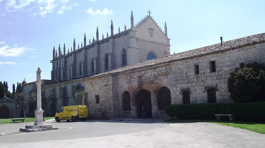 Cartuja de Miraflores. Выйдя, из автобуса на остановке Fuente Prior-Playa, и пройдя пешком около километра выходим к монастырю. Среди леса на холме расположился картезианский монастырь  La Cartuja de Miraflores. Происхождение Картезианского монастыря Miraflores восходит в 1442 год, когда король Хуан II Кастилии (1405-1454) своим приказом дарит монахам картезианцам дворец, который для отдыха был возведен его отцом Энрике III в 1401. Дворец планировалось приспособить под монастырь.