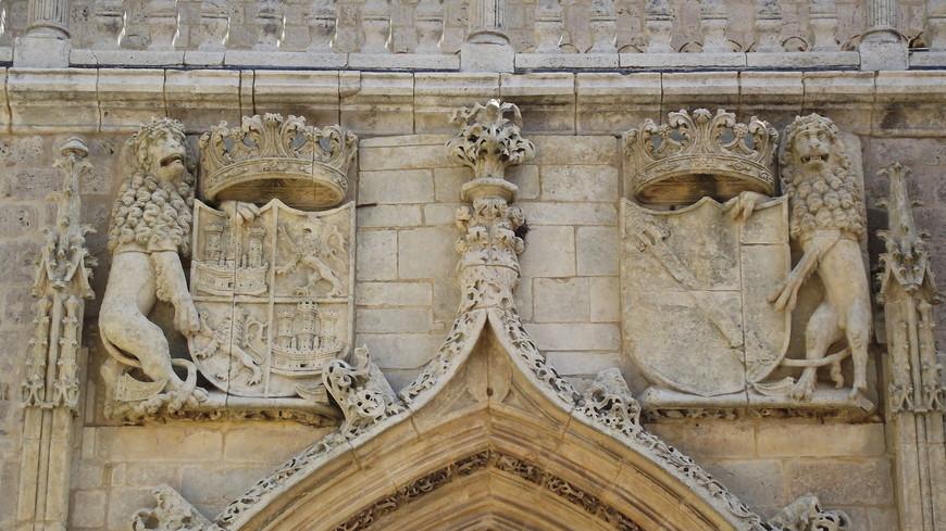 Cartuja de La Miraflores. Пожар 1453 года разрушил здание бывшего дворца. В том же году было решено выстроить новое здание под названием Картезианский монастырь де Мирафлорес, которое и дошло до наших дней. Строительство было поручено Хуану де Колония, а после смерти архитектора работы были продолжены его сыном Симоном де Колония. Строительство завершилось в 1484 году по приказу королевы Изабеллы I Католической, дочери Хуана Кастильского