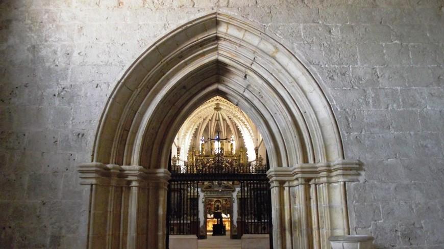 Cartuja de La Miraflores. 22 июня 1454 года умирает король Хуан II в Вальядолиде. На следующий год, 1455, тело короля Хуана II, согласно его последней воле, было погребено в Картезианском монастыре Miraflores. Дочь Хуана II, Изабелла I, в будущем Ее Католическое Величество, всемерно покровительствует строительству монастыря.