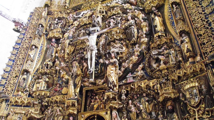 Cartuja de la Miraflores. Главный алтарь - Retablo Mayor. Изабелла передала монастырю золото, привезенное ей Колумбом из второй экспедиции в Америку. Мастер Диего де ла Крус (Diego de la Cruz) покрыл этим драгоценным металлом центральное ретабло в церкви. Роскошный алтарь выполнил скульптор Хиль де Силое в 1496-99 гг. Стоимость работ по возведения алтаря составила 1.015.613 мараведи, что превышало стоимость возведения могил отца, матери и брата Изабеллы, захороненных здесь.