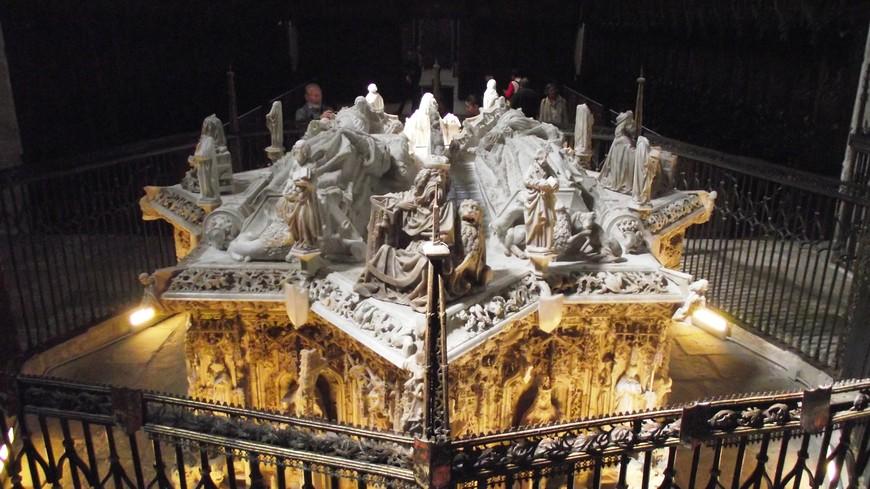 Королевский пантеон занимает центр клироса Картезианского монастыря. Он был создан между 1489 и 1493 годами мастером Хиль де Силое. Изготовленное полностью в алебастре, надгробие отражает образы короля Хуана II Кастильского и его жена Изабеллы Португальской. Что интересно, когда создавалось это надгробие, выполненное в форме восьмиконечной звезды, Изабелла Португальская, мать королевы Изабеллы Католической и инфанта Альфонсо, была еще жива.  Она скончалась 1496 году 15 августа в Аревало, и была перезахоронена в этом монастыре, в королевском пантеоне только в 1505 году.