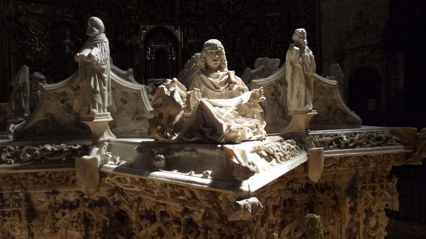 Cartuja de Miraflores. Великолепны фигурки евангелистов, выполненные из алебастра. Тетрамо́рф — крылатое существо из видения пророка Иезекииля, единого с четырьмя лицами: человека, льва, быка и орла, которые являются стражами четырёх углов Трона Господа и четырёх пределов рая. Эти четыре существа стали символами евангелистов и формой их традиционного символического изображения. Иоанн - орел...