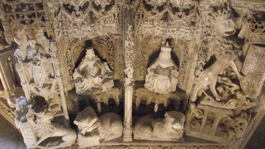 Cartuja de Miraflores. В восьми нишах основания надгробия со стороны короля помещены фигурки символизирующие Смерть и Воскресение. В кулисах со стороны королевы находятся семь Добродетелей, которые соответствуют семи фигурам Ветхого Завета - вера, надежда, милосердие, благоразумие, правосудие, умеренность и твердость.