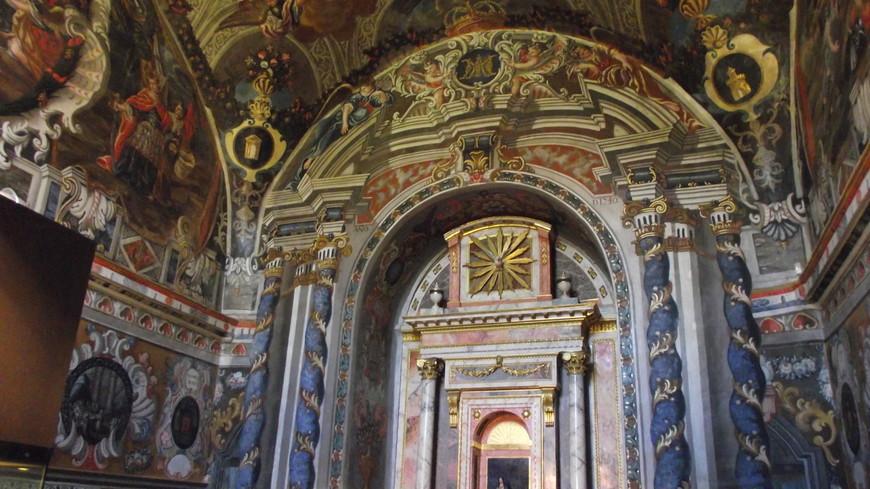 Cartuja de Miraflores. Часовня Miraflores. Стенная живопись, которая украшает этот зал, была заказана приором Монахом Николас де ла Иглесиа между 1653 и 1660 годом. Выделяется эффектное барочное украшение, с обилием деталей, создающих визуальную иллюзию объёмности.