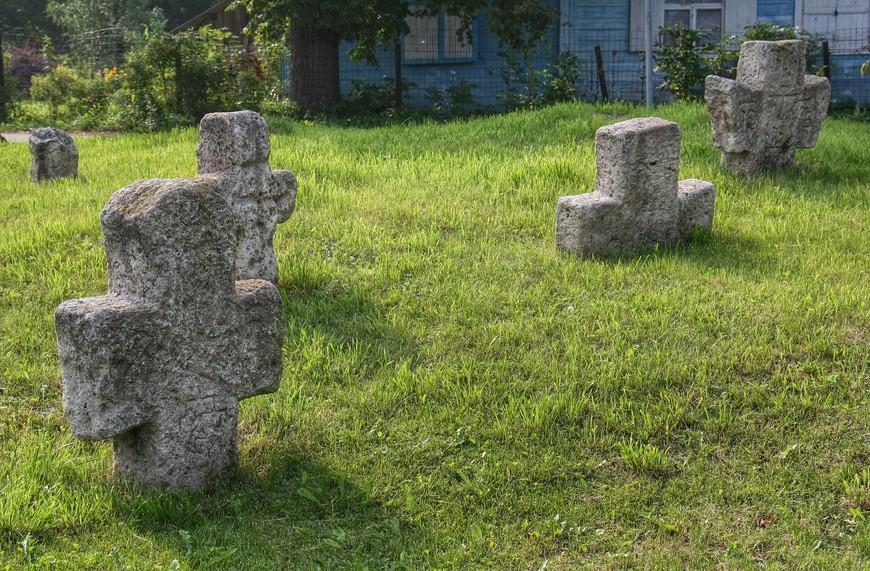 Не думаю, что эти кресты стоят так со времен их установки, скорее всего их нашли возле или внутри крепости при реставрационных работах