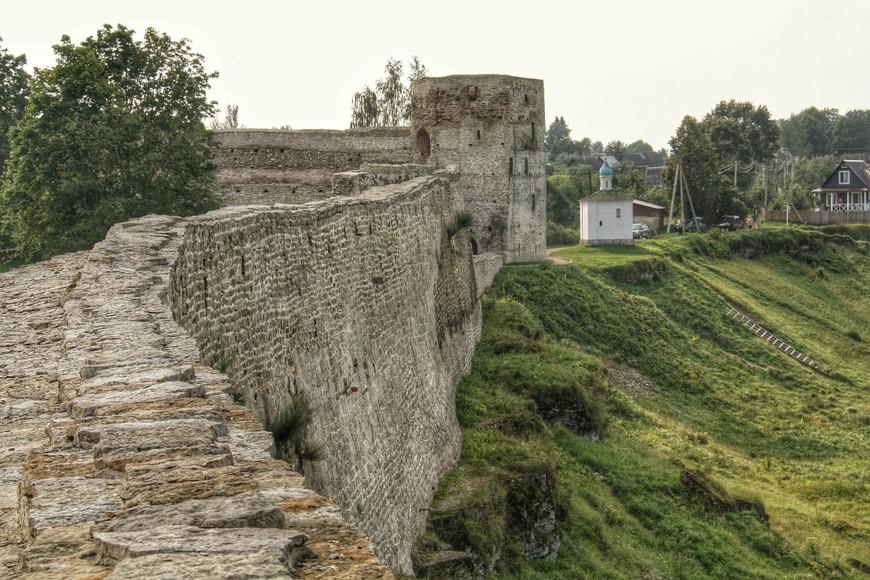Высокая и толстая стена, да ещё и на крутом холме, делало крепость неприступной. На крае холма справа от Талавской башни крепости Часовня Корсунской Божией Матери.