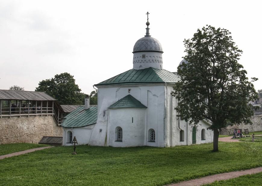 Никольский собор — памятник архитектуры первой половины XIV века, колокольня пристроена позже.