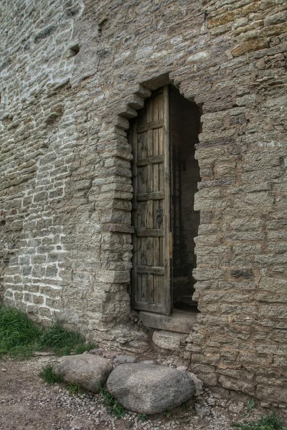 Вот такой , теперь уже ставший историческим впролом-выход из крепости
