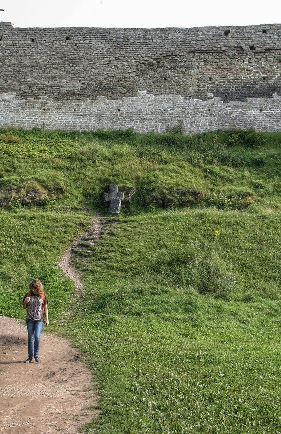Стены крепости с крутыми тропинками, которых здесь хватает
