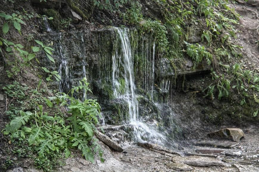 Тропа-дорожка из крепости приводит к уникальным Словенским ключам, бьющим водопадами прямо из холма