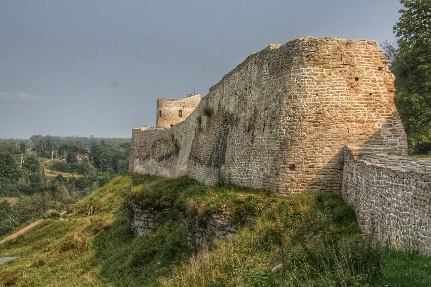 Массивные стены крепости